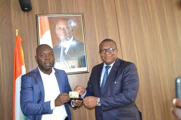 Médias : le ministre Amadou Coulibaly reçoit sa carte d'honneur de journaliste professionnel